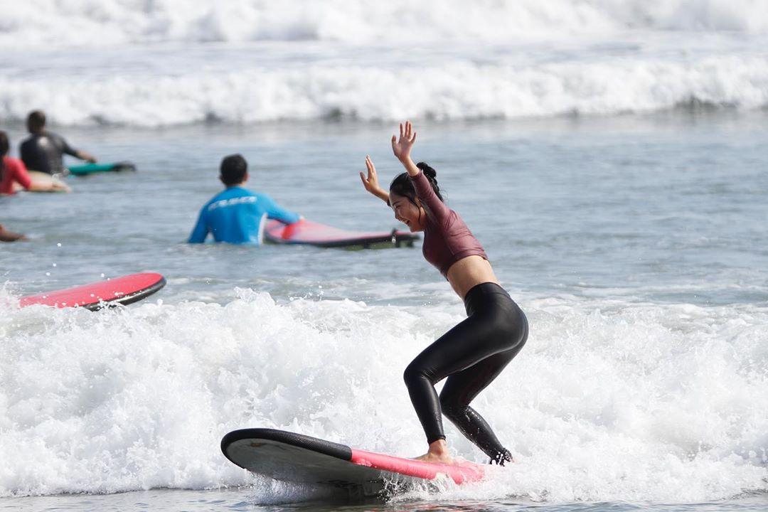 Surfing di Pantai Kuta Bali - Dewata ID