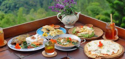 Makan di Lake View Pemandangan Gunung dan Danau